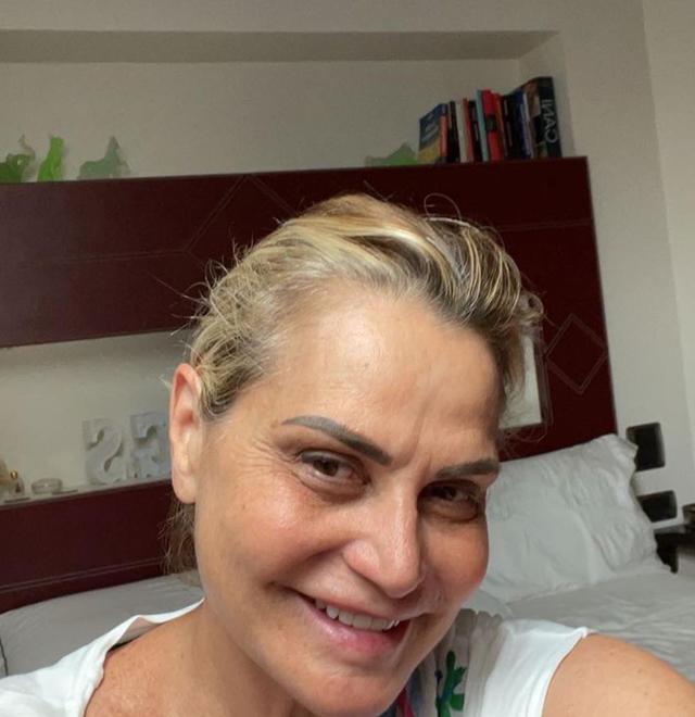Simona Ventura posta selfie senza filtri e riceve offese social, la fidanzata dell'ex marito interviene: 'Come vi permettete?'