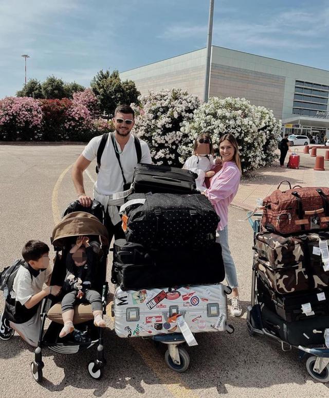 Beatrice Valli e Marco Fantini in Sardegna con un mare di valigie e scoppia la polemica: 'Ma quanti bagagli avete?'