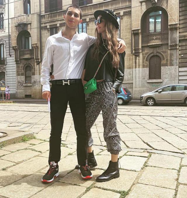 Carlos Maria Corona, 18 anni, dopo il colloquio dell'Esame di Stato insieme a mamma Nina Moric, 44, a Milano