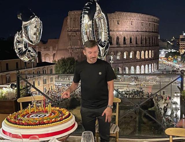 Max Biaggi fa festa per i 50 anni a Roma: in tv parole dolci per l'ex Pedron, sulla Atzei invece...
