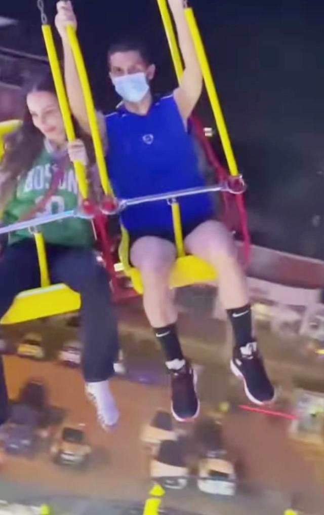 Carlos Corona dopo la maturità si diverte al luna park con la madre Nina Moric: le immagini