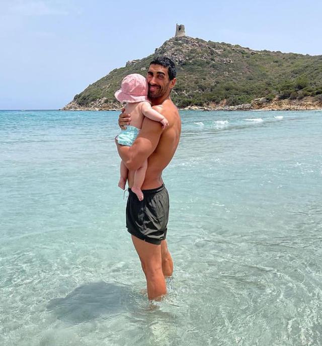 Giorgia Palmas e Filippo Magnini in Sardegna: la prima volta della figlia Mia al mare