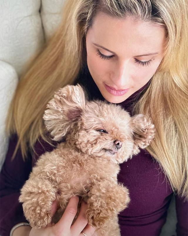 Michelle Hunziker, 44 anni, insieme a Lilly, l'amatissima cagnolina, una barboncina toy color albicocca che si è spenta da poche ore. In casa Hunziker ora resta suo figlio Leone