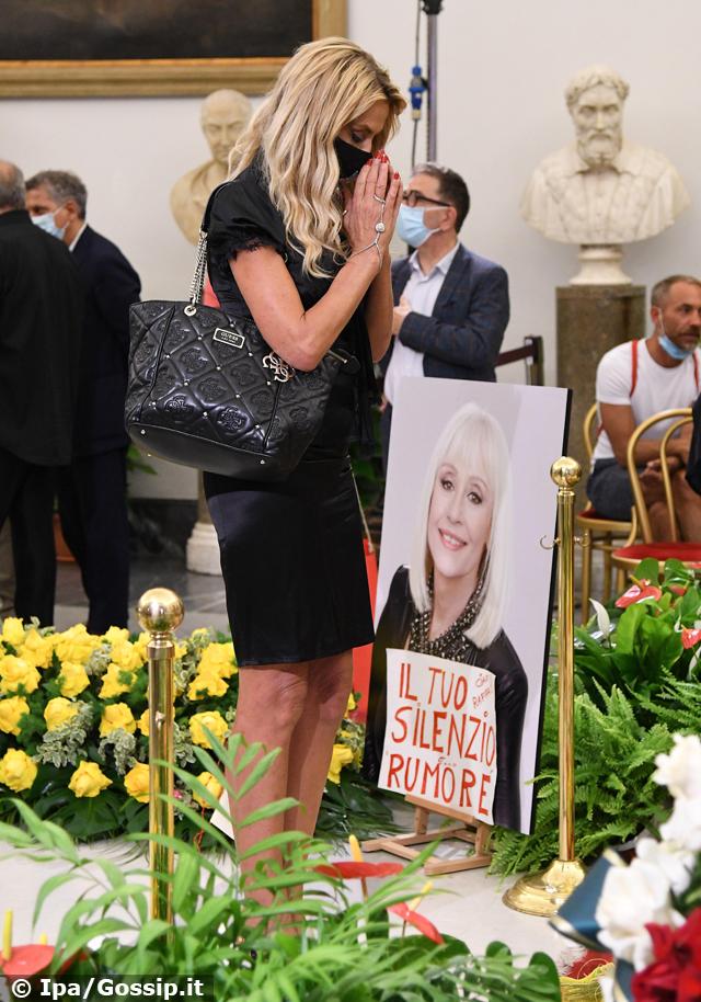 Valeria Marini, 54 anni, vestita a lutto, saluta per l'ultima volta la conduttrice