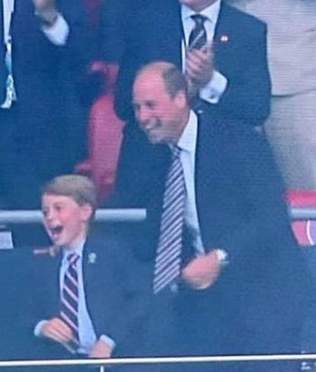 Il Principe William, 39 anni, esulta con il figlio George, 7, dopo il goal dell'Inghilterra contro l'Italia