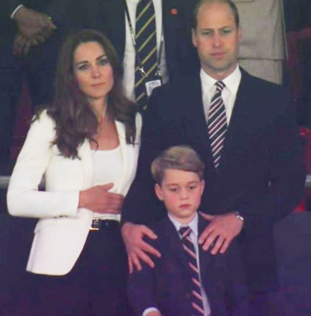 Le espressioni meste e cariche di delusione di William, Kate e George, risultano esilaranti per noi italiani, soprattutto se confrontate con l'esultanza iniziale dopo il vantaggio dell'Inghilterra