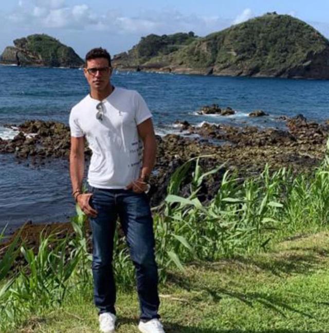 L'attore in vacanza nell'arcipelago portoghese in queste ore: è da solo o con il fidanzato?