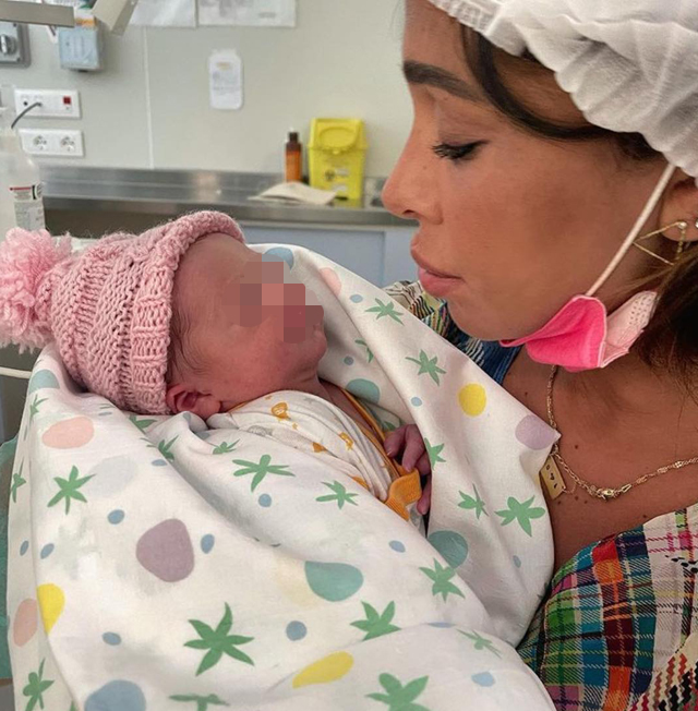 Belen Rodriguez, 36 anni, pubblica la prima foto in cui appare con la figlia neonata, Luna Marì, e rivela a che ora è nata la piccola e quanto pesa