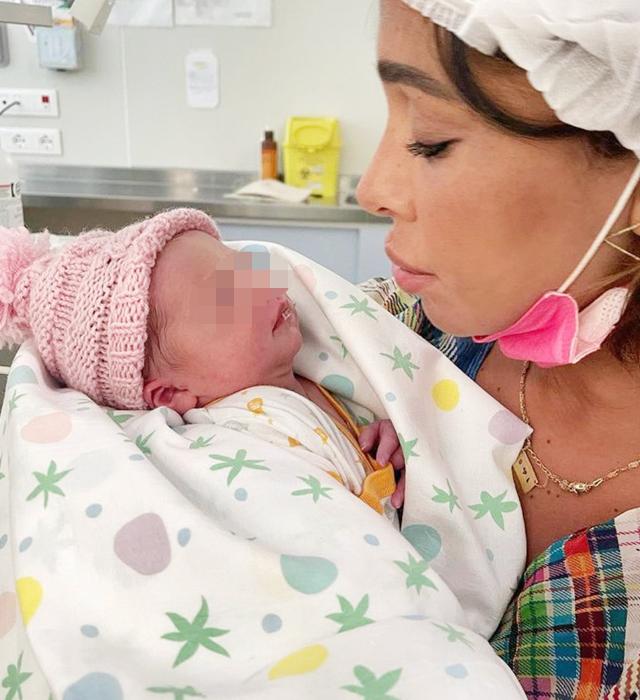 Belen Rodriguez, 36 anni, con la piccola Luna Marì subito dopo la nascita della bimba, a quanto pare avvenuta nell'azienda ospedaliera universitaria di Padova