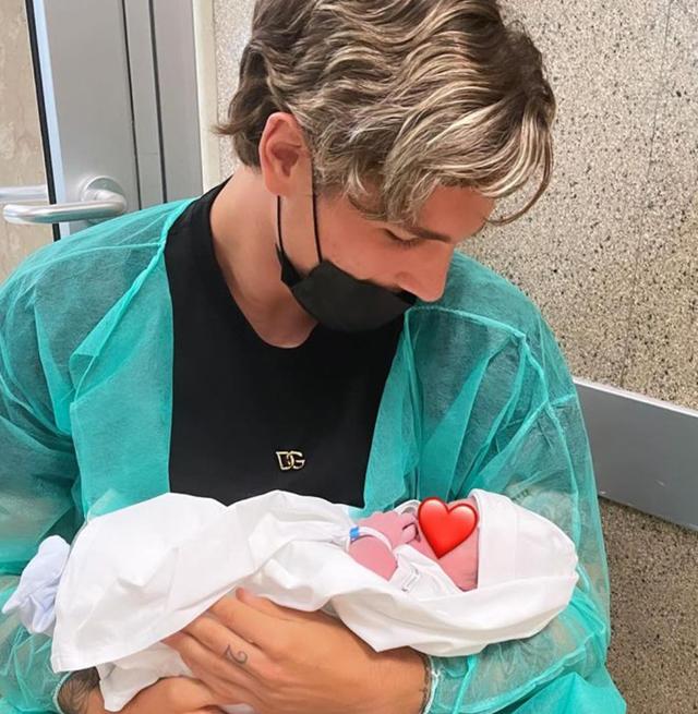 Il calciatore Nicolò Zaniolo, 22 anni, tiene in braccio il figlio Tommaso appena nato