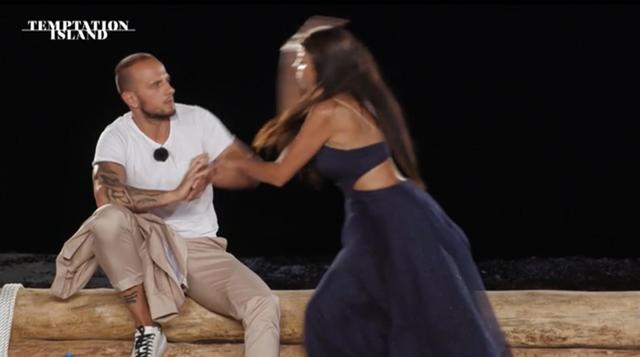 Temptation Island: Manuela aggredisce il fidanzato al falò, finisce a schiaffi