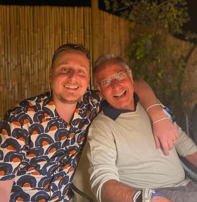 Il figlio americano di Paolo Bonolis felice col padre a Formentera: foto