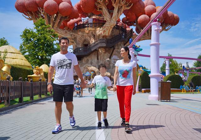 Manuela Arcuri col marito e il figlio Mattia famiglia felice a Gardaland: foto