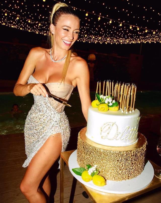 Diletta Leotta spegne le candeline sulla torta per i suoi 30 anni