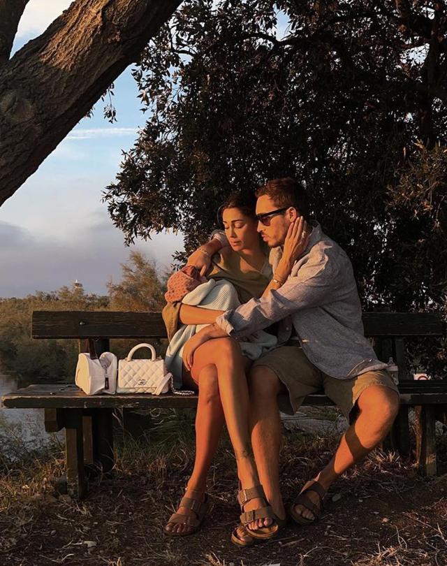 Belen, espressione pensierosa nella foto di famiglia: 'Insieme anche nella cattiva sorte'