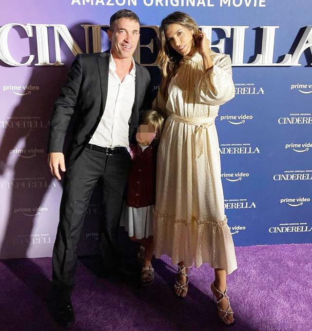 Elisabetta Canalis alla premiere di 'Cinderella' con il marito e la figlia: foto