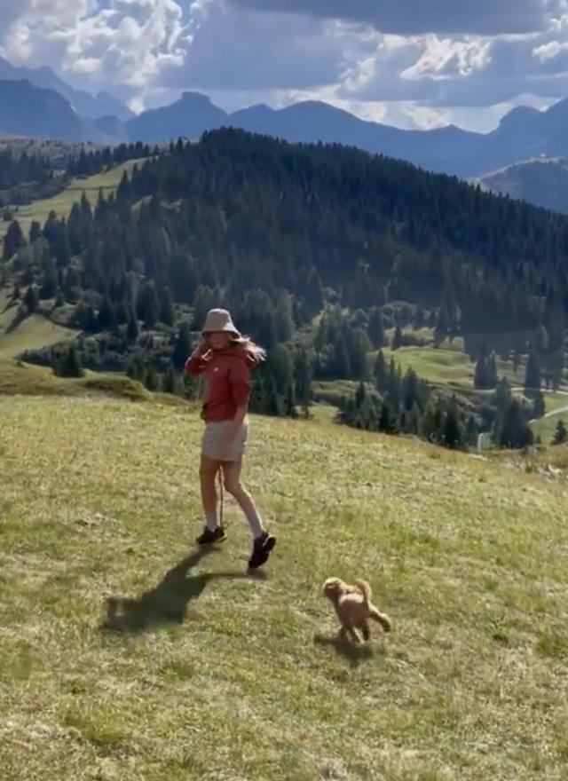 Alessia corre sui prati con il cane Brownie