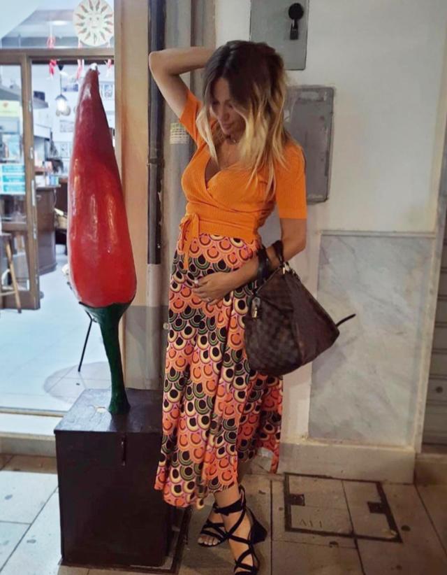 La nuova compagna di Gigi D'Alessio incinta mostra per la prima volta il pancino sul social: foto