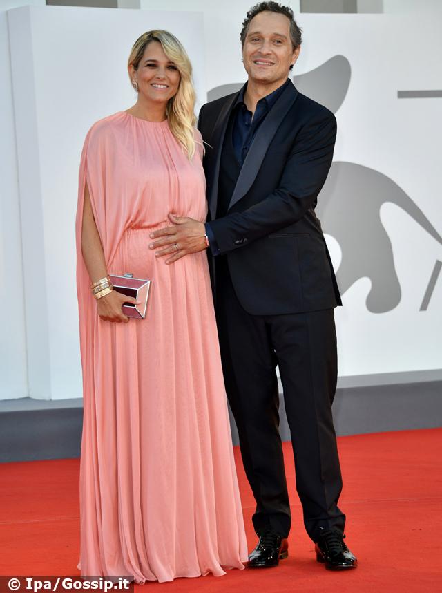 Francesca Barra incinta e Claudio Santamaria, il red carpet a Venezia 78 è dolcissimo