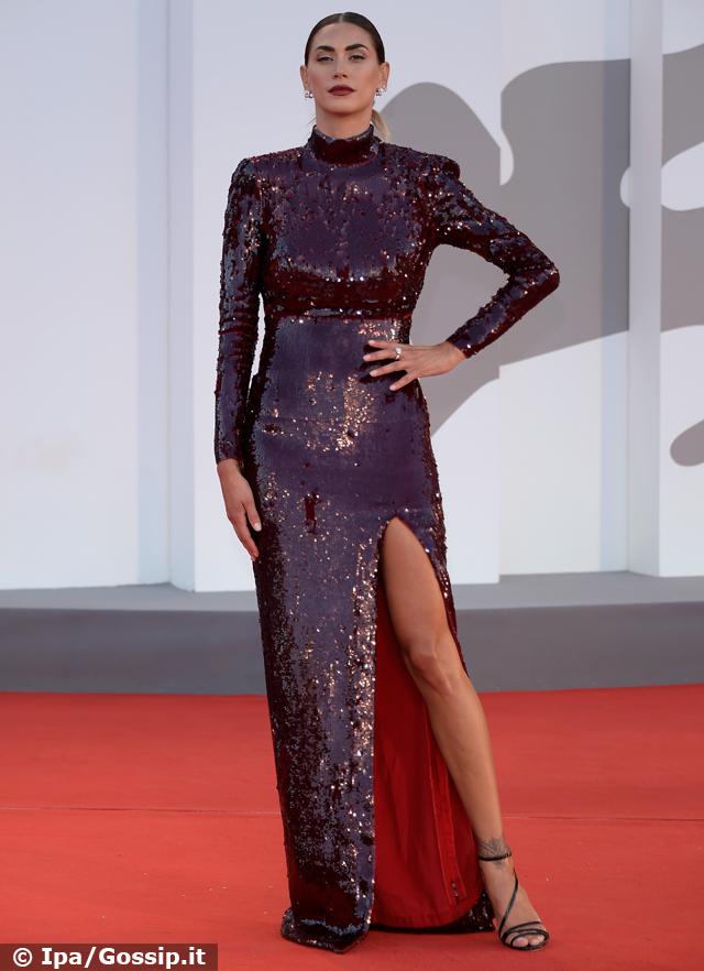 Melissa Satta luminosa con vestito di paillettes sul tappeto rosso a Venezia 78