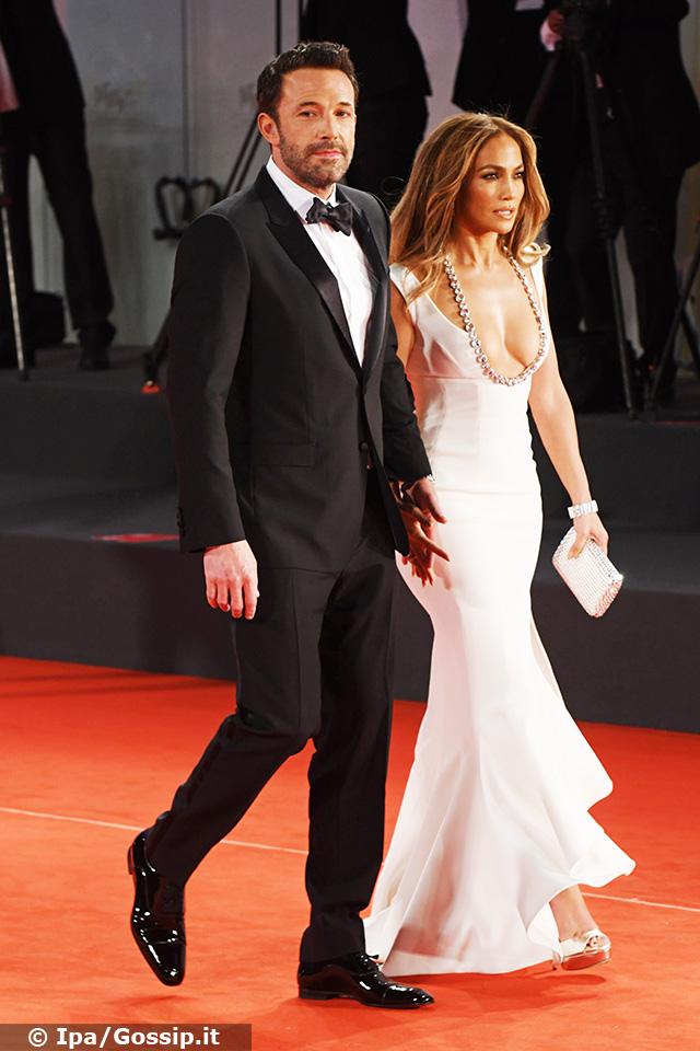 Jennifer Lopez, 52 anni, e Ben Affleck, 49, arrivano mano nella mano sul red carpet del Festival di Venezia 2021: si tratta della loro prima apparizione pubblica ufficiale da quando sono tornati ad essere una coppia lo scorso aprile