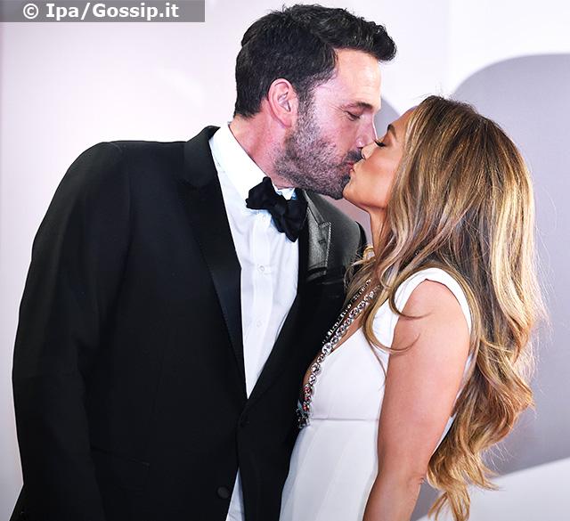 I due si sono scambiati anche un tenerissimo bacio sulla bocca sul tappeto rosso
