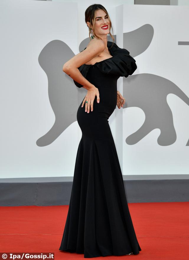 Francesca Sofia Novello, la fidanzata di Valentino Rossi incinta mostra il pancino a Venezia 78: foto