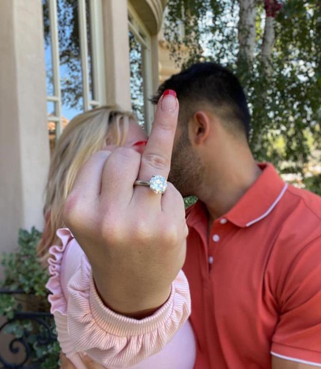 Britney bacia il futuro marito Sam e mostra all'obiettivo della fotocamera l'anello di diamanti ricevuto durante la proposta di nozze