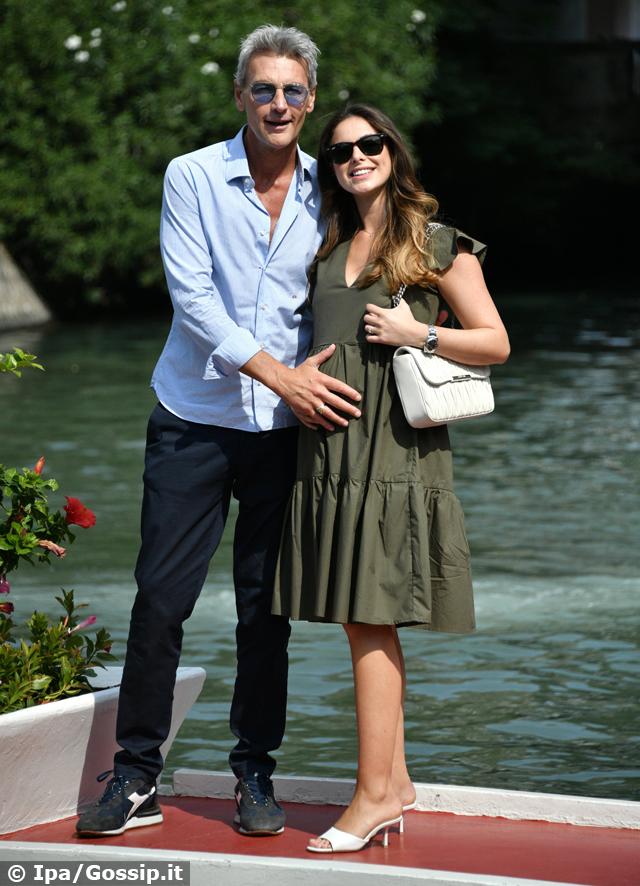 Roberto Farnesi con la compagna Lucya Belcastro incinta a Venezia: foto