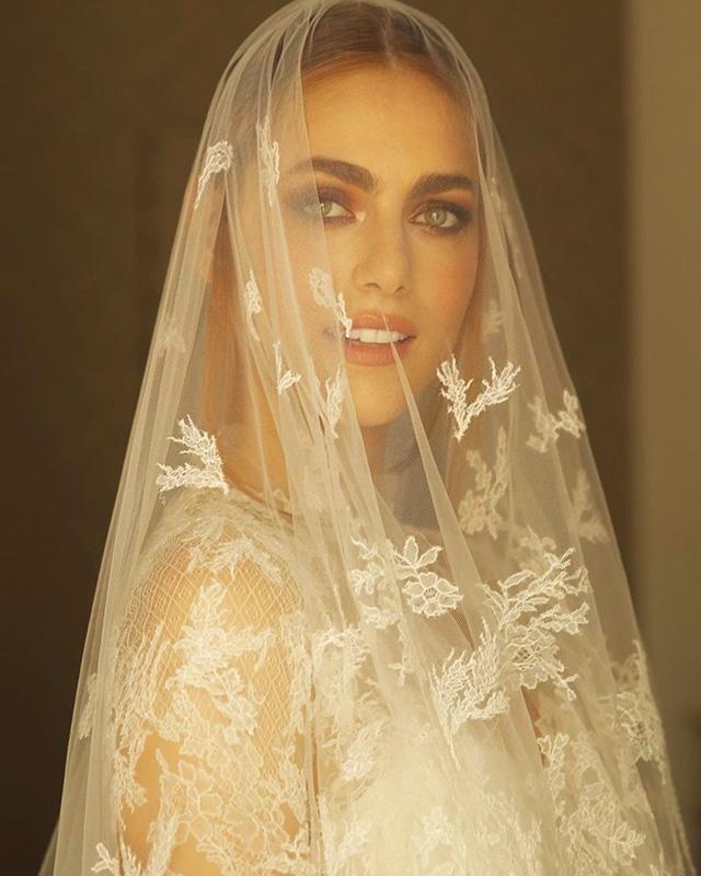 La ex Miss Italia, ahora una exitosa actriz, ha elegido un vestido verdaderamente elegante y delicado, incluido el velo.