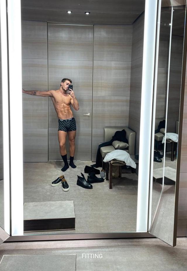 Il compagno di Belen, papà da poco, trova il tempo per tenersi in forma: foto in mutande