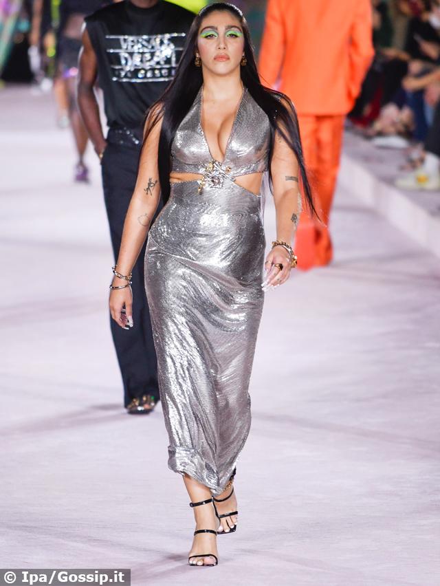La figlia di Madonna, Lourdes Maria Ciccone, in passerella per Versace a Milano: il look