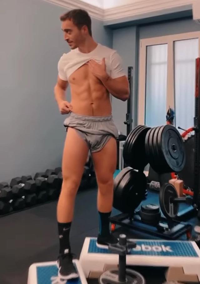 Antonino Spinalbese non sembra ancora soddisfatto del suo fisico da urlo: vuole fianchi più stretti?