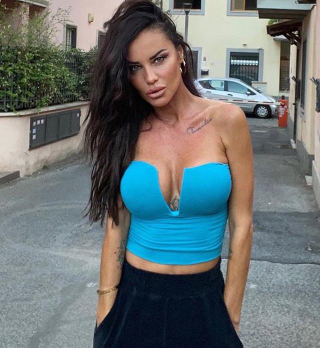 Antonella Mosetti vive grazie al social 'hot' OnlyFans: 'Ci mangio, quando arriva il bonifico sono contenta'