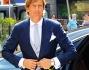 Massimo Ambrosini arriva in chiesa visibilmente emozionato si sistema la giacca