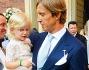 Massimo Ambrosini con ila sua piccola Angelica in braccio saluta gli invitati