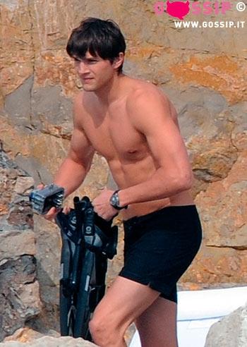 Ashton kutcher muscoli in mostra foto e gossip - Mostra del bagno srl ...