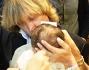 Il battesimo di Maria: eccola durante l'unzione con mamma Carmen Russo ed Enzo Paolo Turchi
