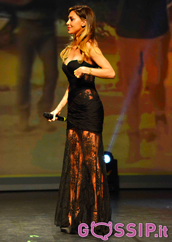 new product 69267 da3df Belen Rodriguez bellissima in un abito lungo nero e pizzo ...