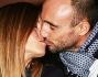 Innamoratissimi si scambiano un bacio per la gioia dei flash: Alice Bellagamba e Andrea Rizzoli