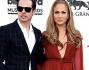 Casper Smart e Jennifer Lopez inseparabili sul red carpet posano per i fotografi