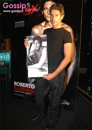 Calendario Max 2005.Roberto Farnesi Presenta Il Calendario Di Max Foto E Gossip