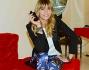 Elenoire Casalegno posa con la sua fragranza sul divano del Boscolo Hotel