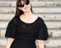 Monica Bellucci in nero sorridente al suo arrivo lungo la scalinata di Piazza del Campidoglio