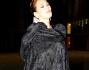 Barbara D'Urso arriva avvolta in un lungo mantello nero di velluto per il party dei suoi 58 anni