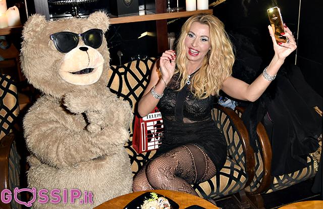 Valeria Marini selfie con l'orsetto Ted