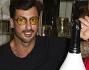 Fabrizio Corona mentre apre la bottiglia di champagne 'Si Puede'