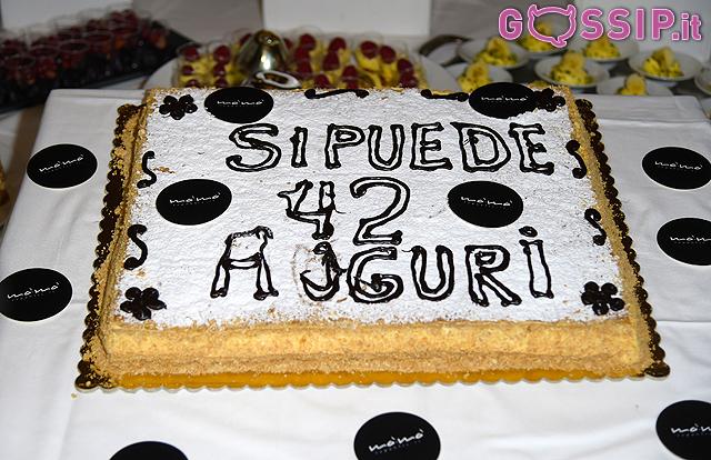 La torta per i 42 anni di Fabrizio Corona