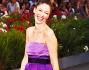 Sarah Felberbaum bellissima anche lei in viola sul red carpet di Venezia