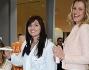 Claudia Galanti durante una prova trattamento viso nella parafarmacia di Arese insieme a Veridiana Mallmann